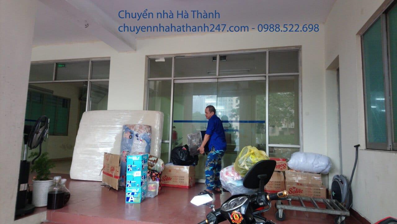 Nhân viên bê đồ lên xe tải chở hàng